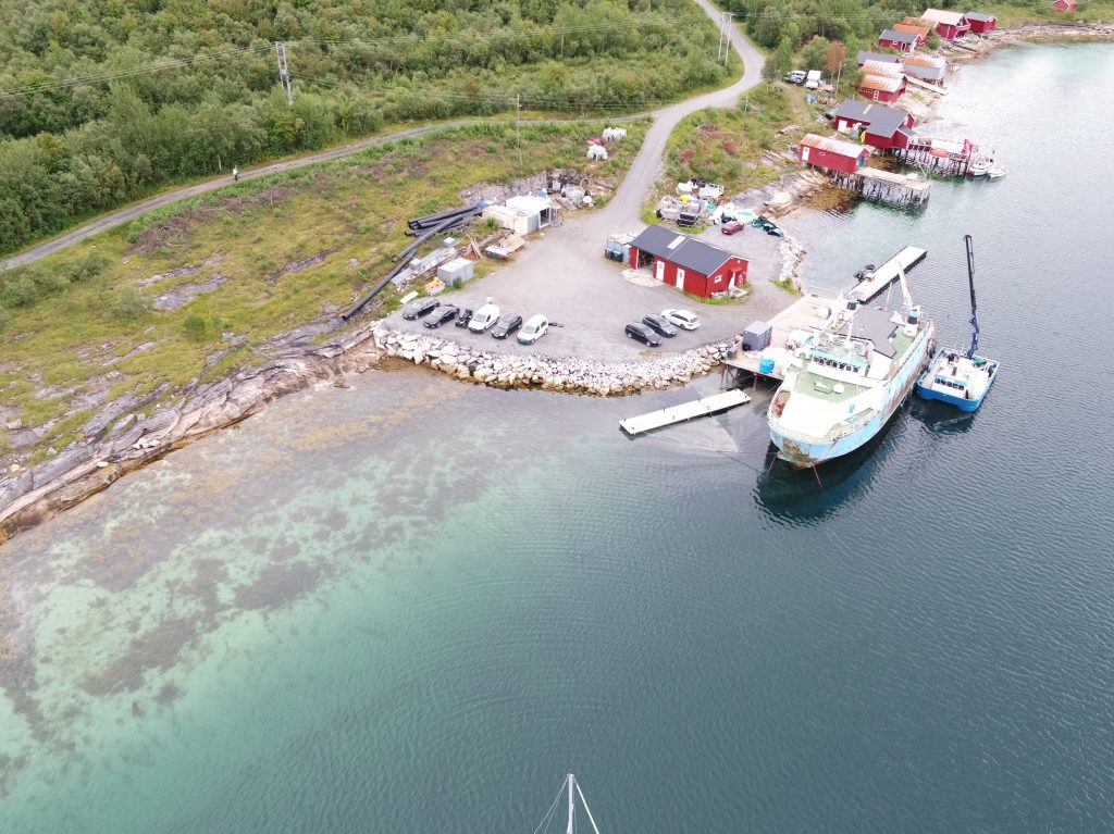 Bilde av Nordvågen med ferje til kai.